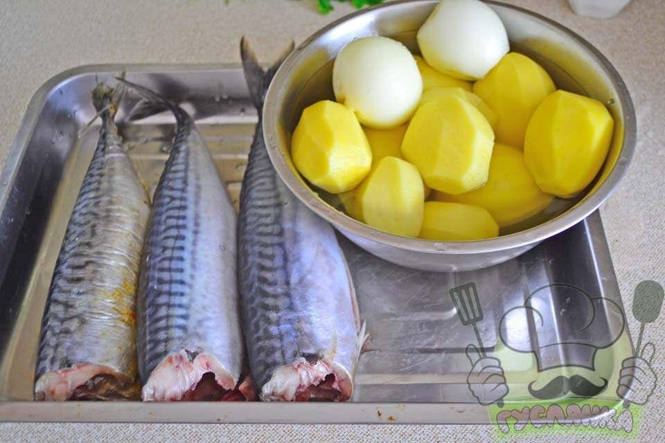 очищаю цибулю і картоплю, гарненько вимиваю, солю і перчу всередині рибу і зовні та поливаю соком з половинки лимона