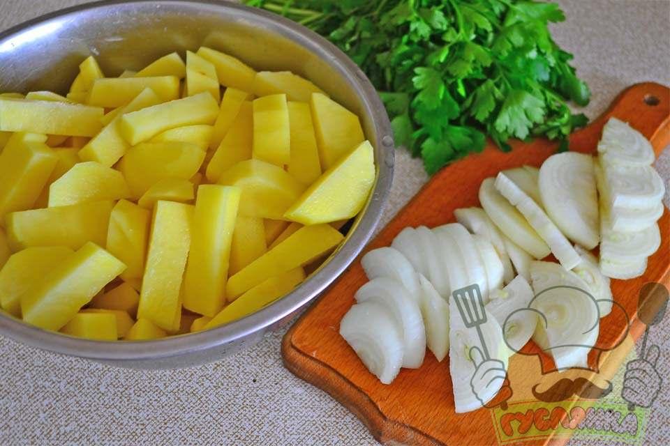 картоплю нарізаю соломкою, а цибулю півкільцями