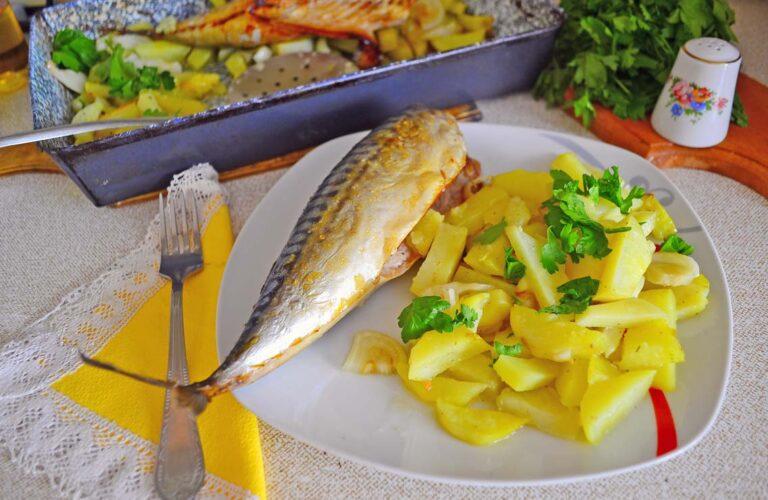 Скумбрія, запечена з картоплею в духовці