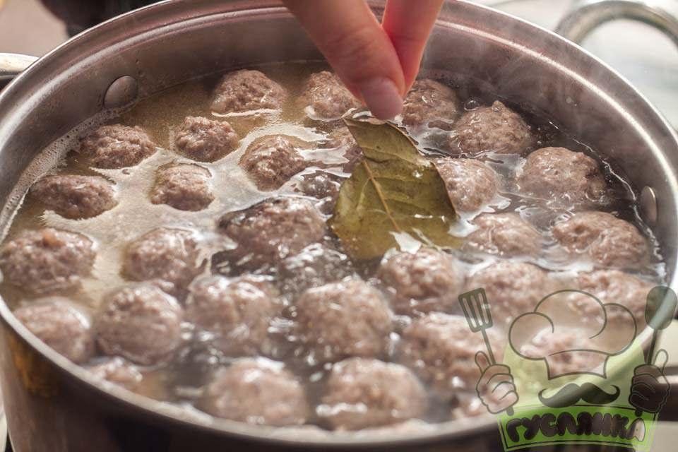у каструлю з супом додаю сіль, перець і лавровий лист
