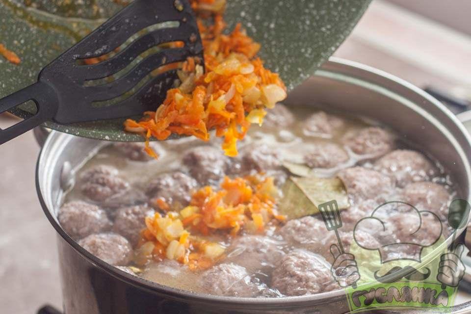 додаю в суп обсмажені цибулю з морквою