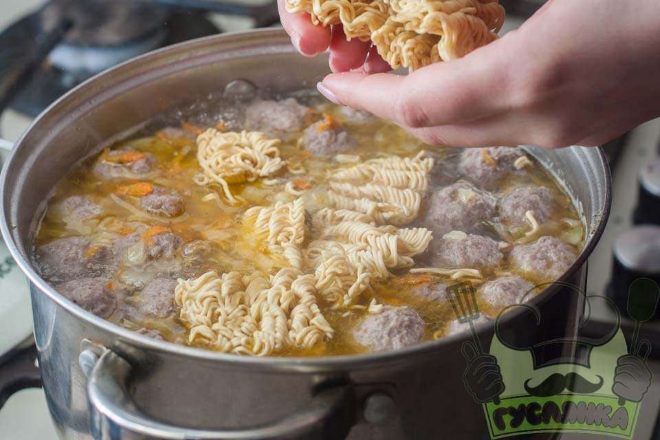 за п'ять хвилин до кінця варіння супу додаю мівіну, її розламують на 6-8 частин