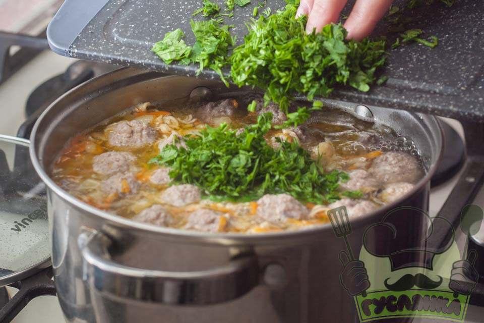 останніми в суп додаю дрібно посічену зелень і проварюю суп одну хвилину