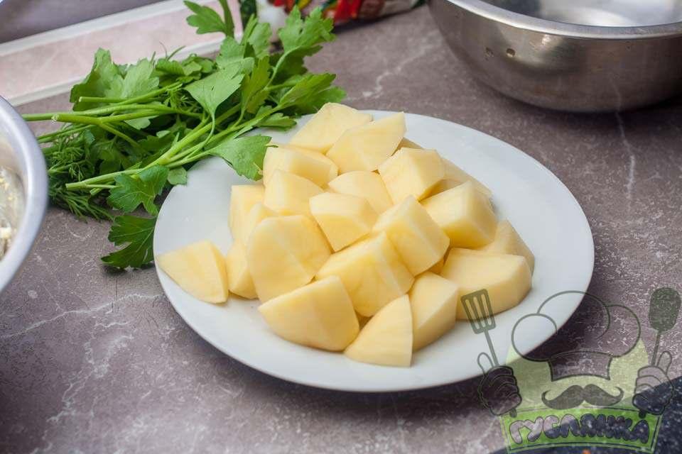 картоплю чищу, мию і нарізаю на невеликі шматочки