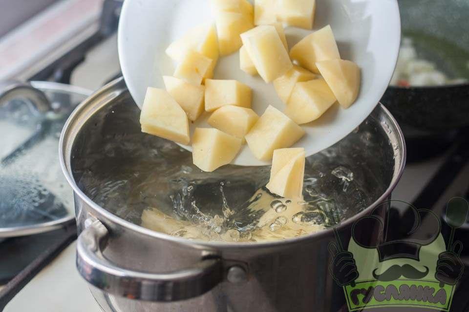 подрібнену картоплю відправляю в киплячу воду