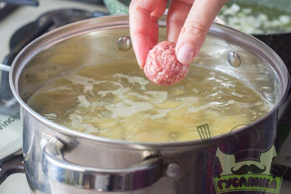 отримані м'ясні кульки відразу відправляю в каструлю, де вже вариться картопля