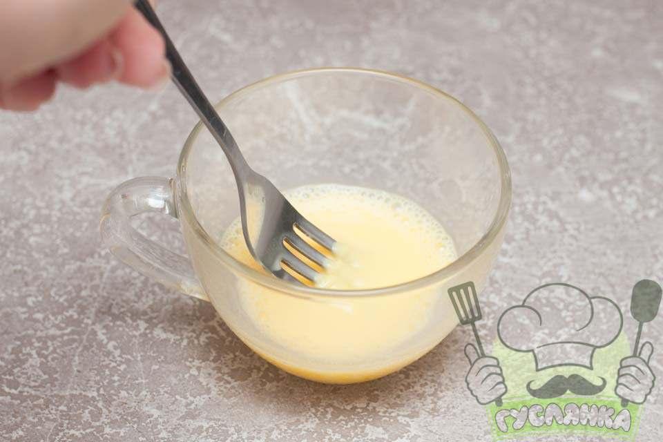 з'єдную один жовток з невеликою кількістю молока