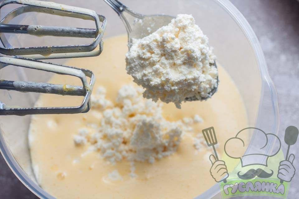 далі додаю в яйця сир і продовжую перемішувати міксером