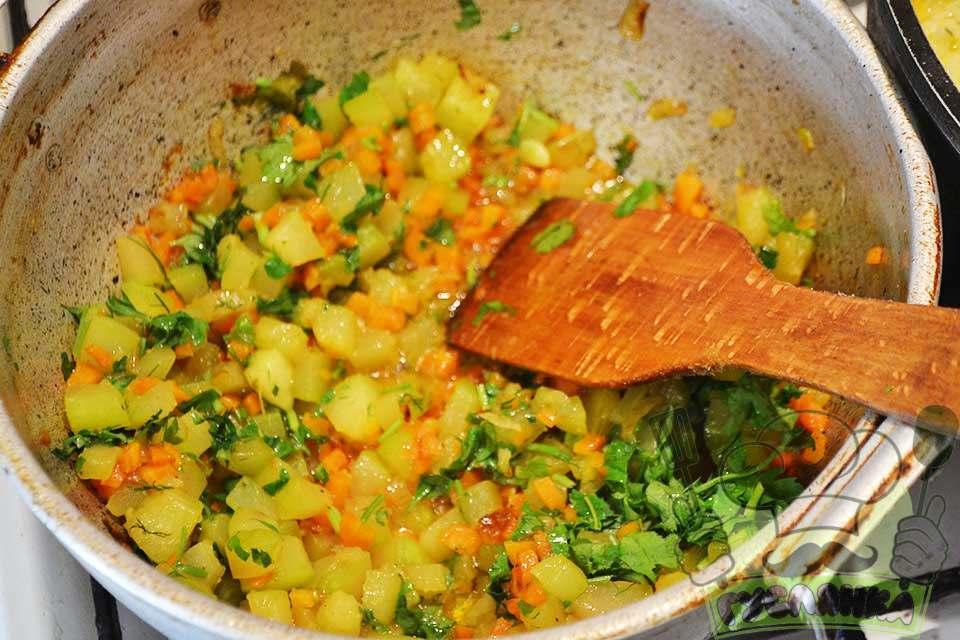 нарізаю зелень петрушки і кропу, відправляю разом з кабачком до тушкованих овочів