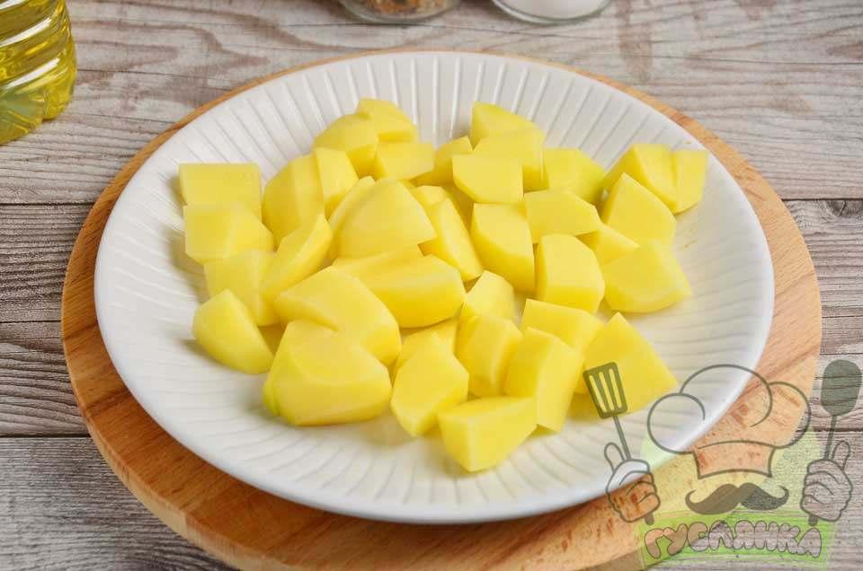 очищену картоплю також нарізаю, більш крупно