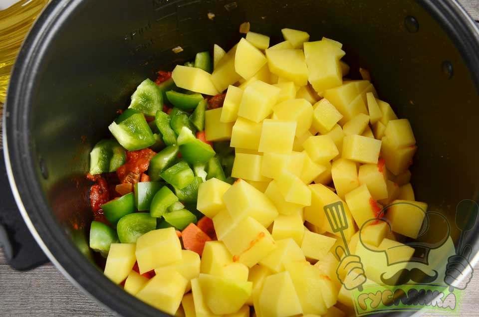 відправляю підготовлені овочі в чашу кухонного девайса