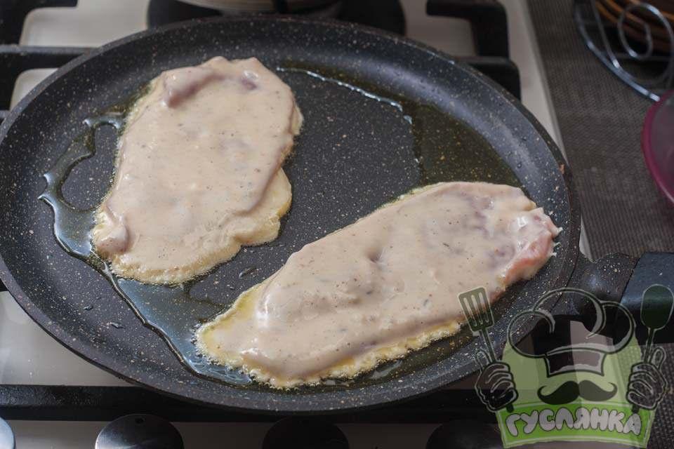свинину у клярі кладу в розігріту сковороду и обсмажую відбивні на середньому вогні спочатку з одного боку