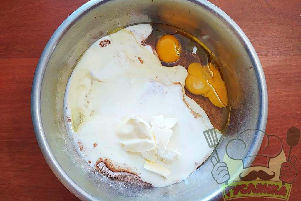 до сухих інгредієнтів додаю рідкі: яйця, кефір, пом'якшене вершкове масло і рослинну олію