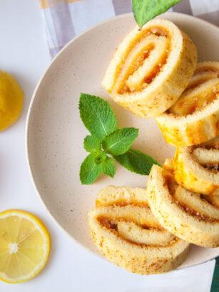 Бісквітний рулет з лимонною начинкою у домашніх умовах