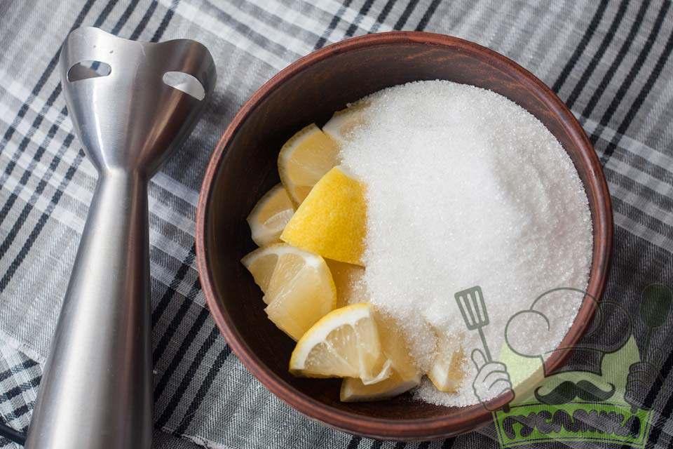 перекладаю лимон в зручну ємність і додаю цукор