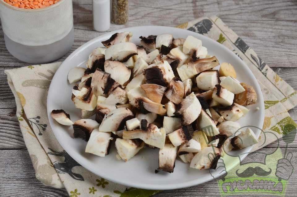 гриби промиваю проточною водою і чищу капелюшки