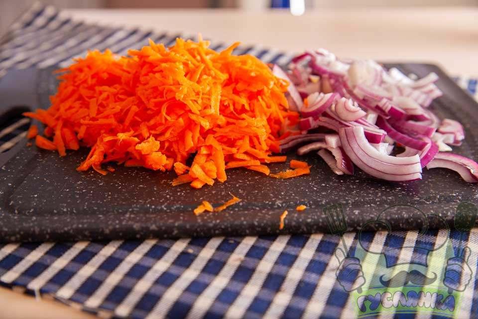 цибулю шаткую півкільцями, а морквину тру на терці