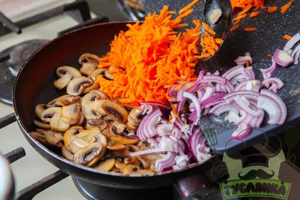 коли гриби підсмажаться додаю до пательні цибулю та моркву