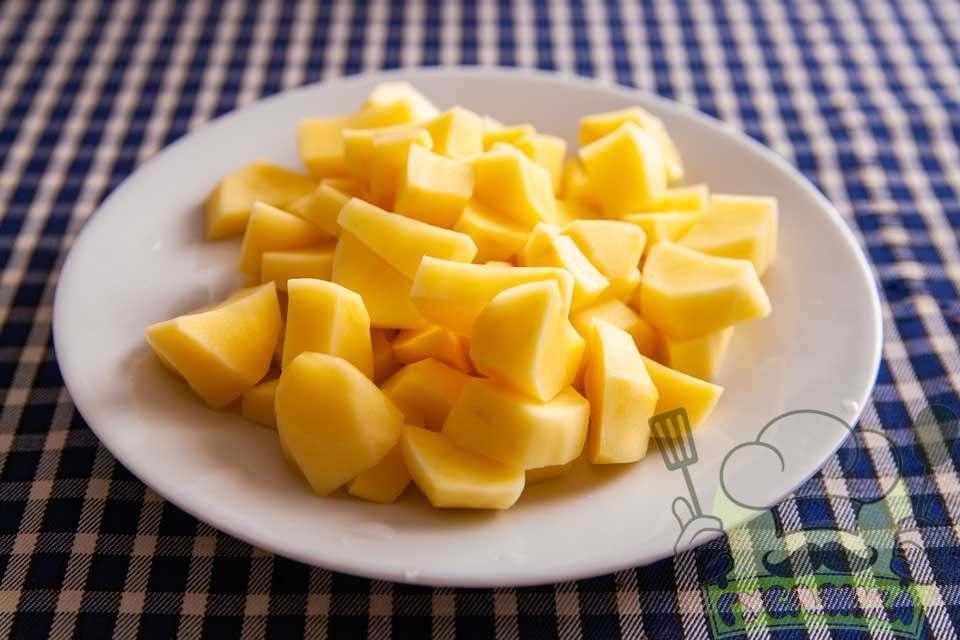 картоплю очищую та довільно нарізаю на невеликі шматочки