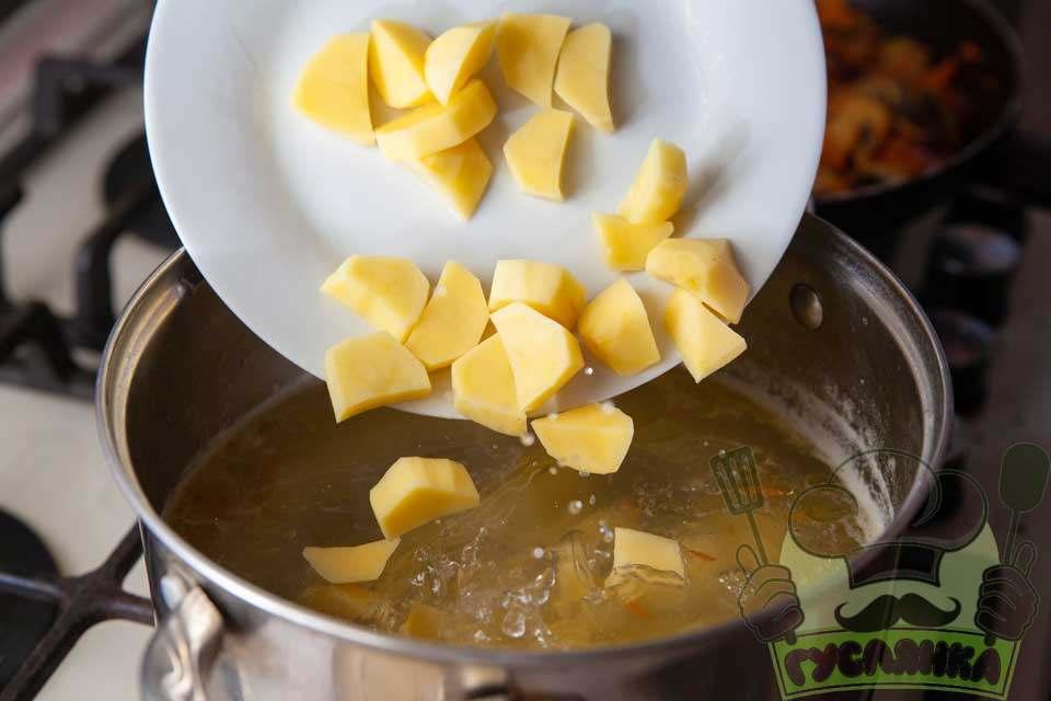 з бульйону дістаю вже відварену курячу чверть та додаю картоплю