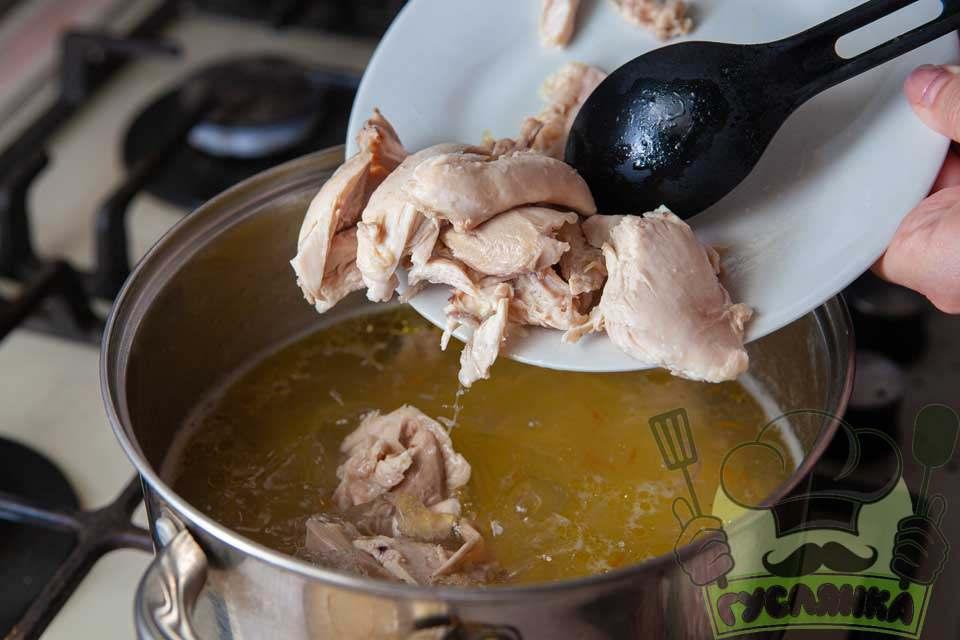 м'ясо курки відділяю від кісток та знову додаю у каструлю