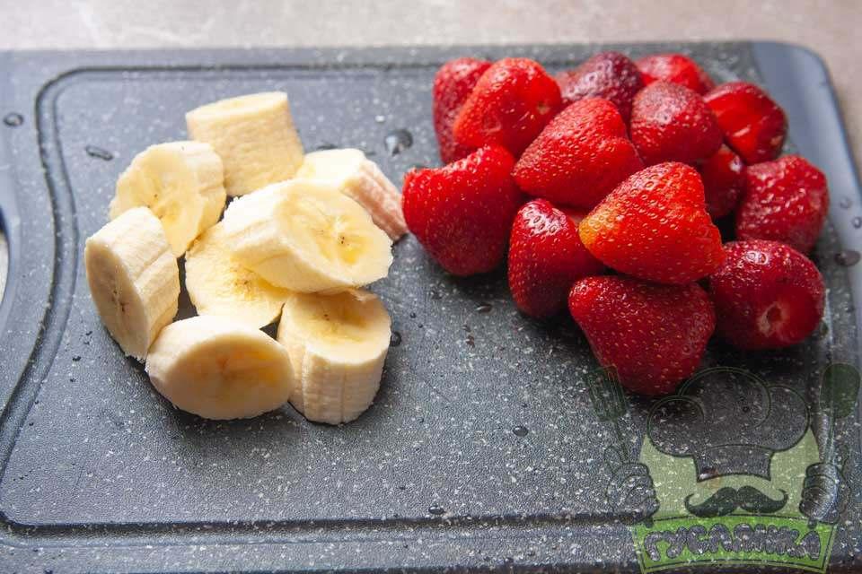 банан чищу та нарізаю шматочками