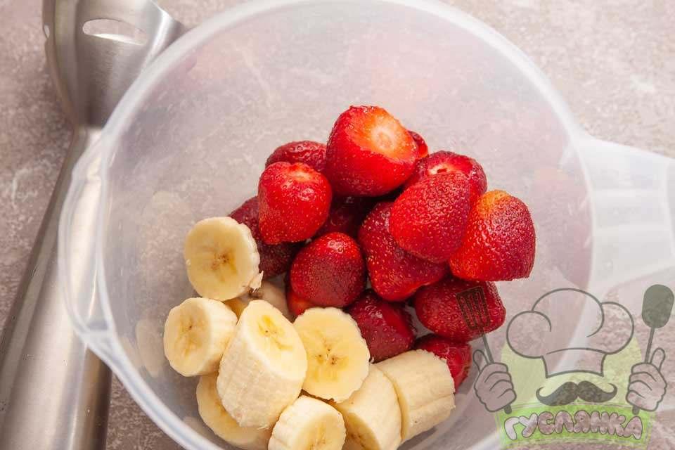 в чаші блендера з'єдную банан і полуницю
