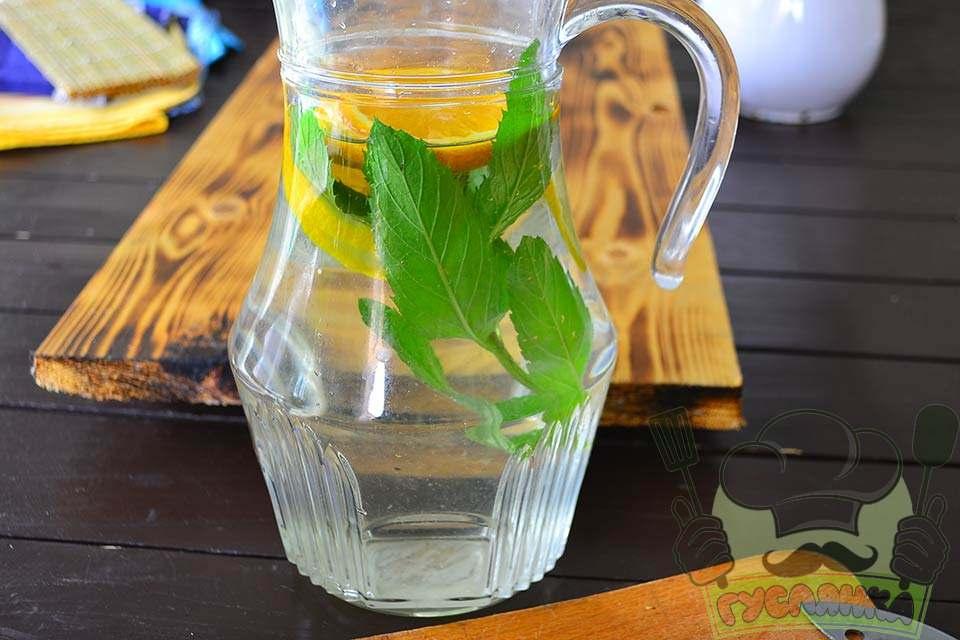 додаю лимон, апельсин і м'яту у графін, заливаю охолодженим бузиновим соком
