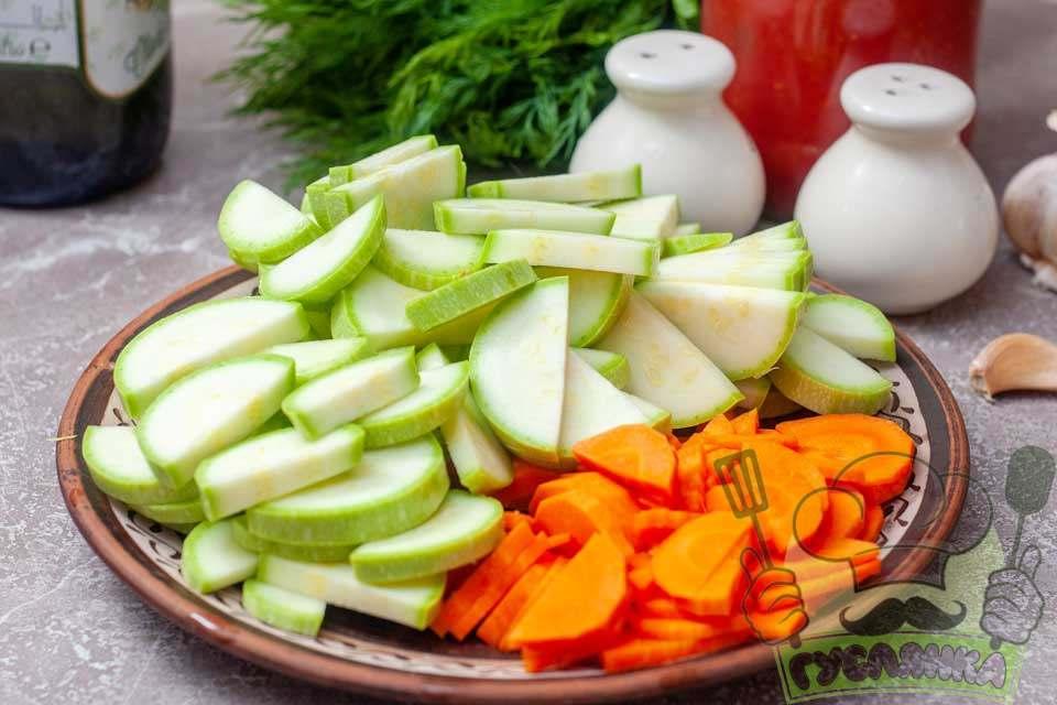 моркву та кабачки нарізаю півкільцями