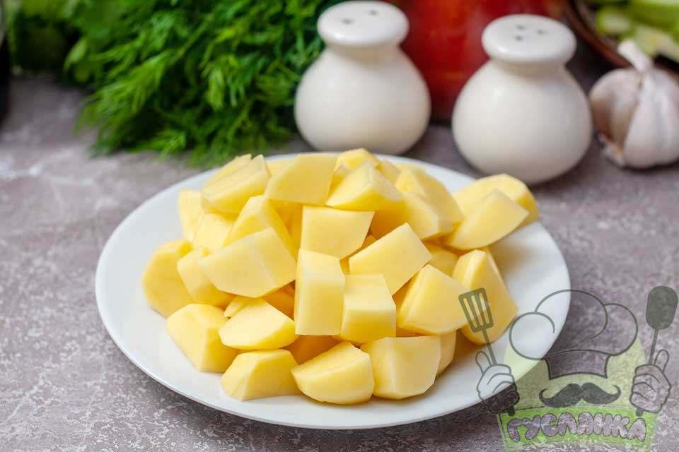 картоплю чищу та подрібнюю на невеликі шматочки