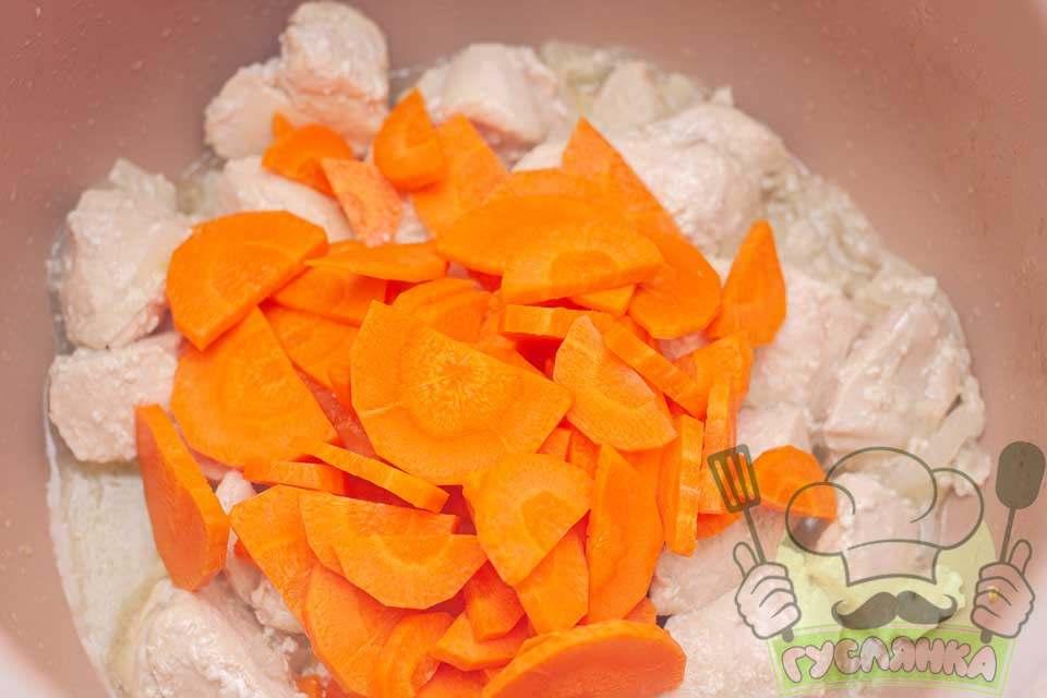 додаю в мультиварку моркву, все перемішую та смажу пару хвилин