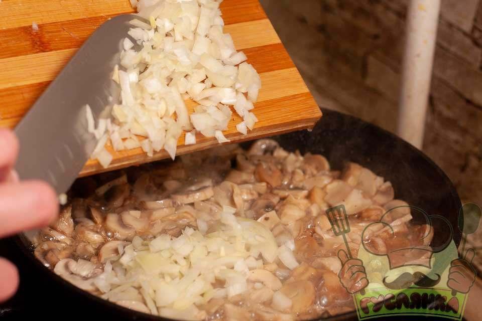 коли сік із печериць майже випарується додаю у сковорідку трохи нарізаної цибулі, добре перемішую та смажу до готовності