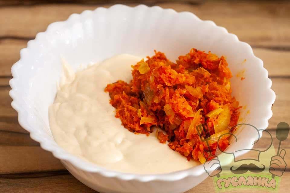 з'єдную майонез із смаженими цибулею та морквою