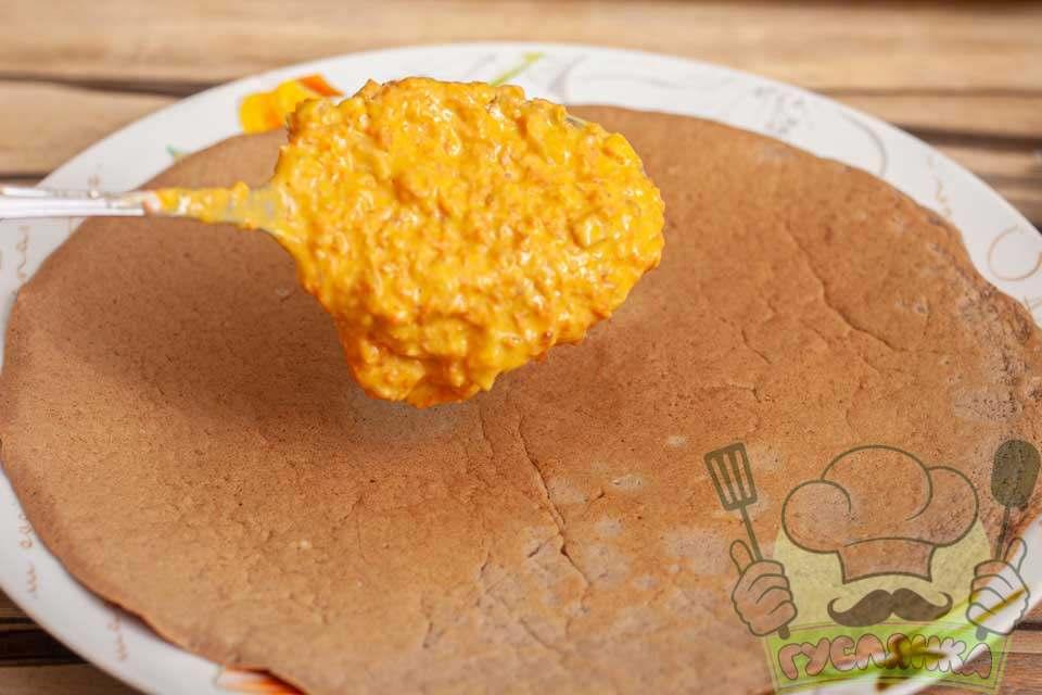 на тарілку кладу печінковий млинець, а зверху його змазую майонезом з овочами