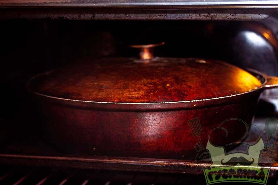 накриваю казан кришкою та ставлю в розігріту до 180 градусів духовку на 1-1,5 години