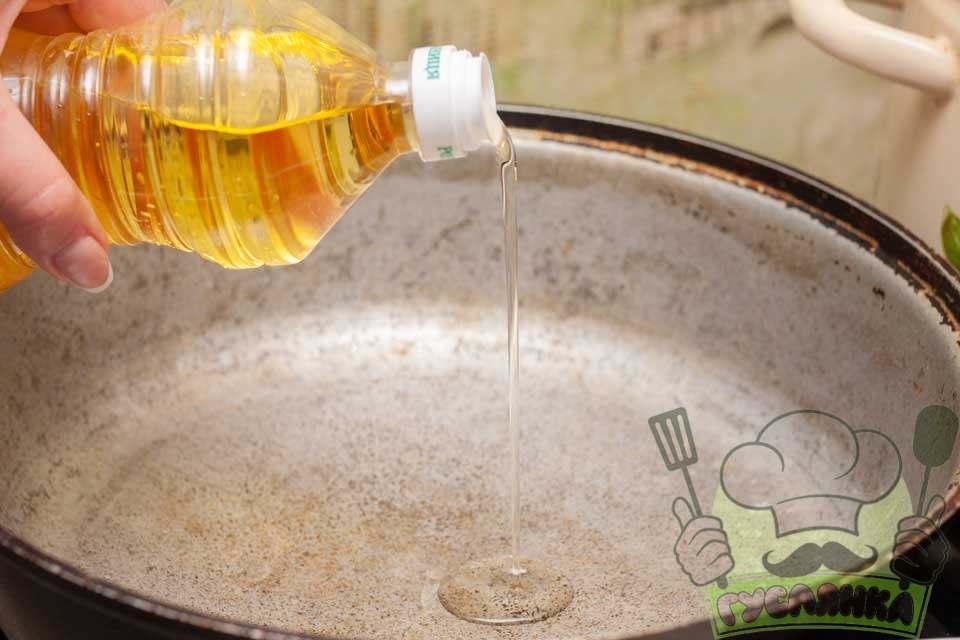 наливаю невелику кількість рослинної олії в казан та ставлю його на середній вогонь