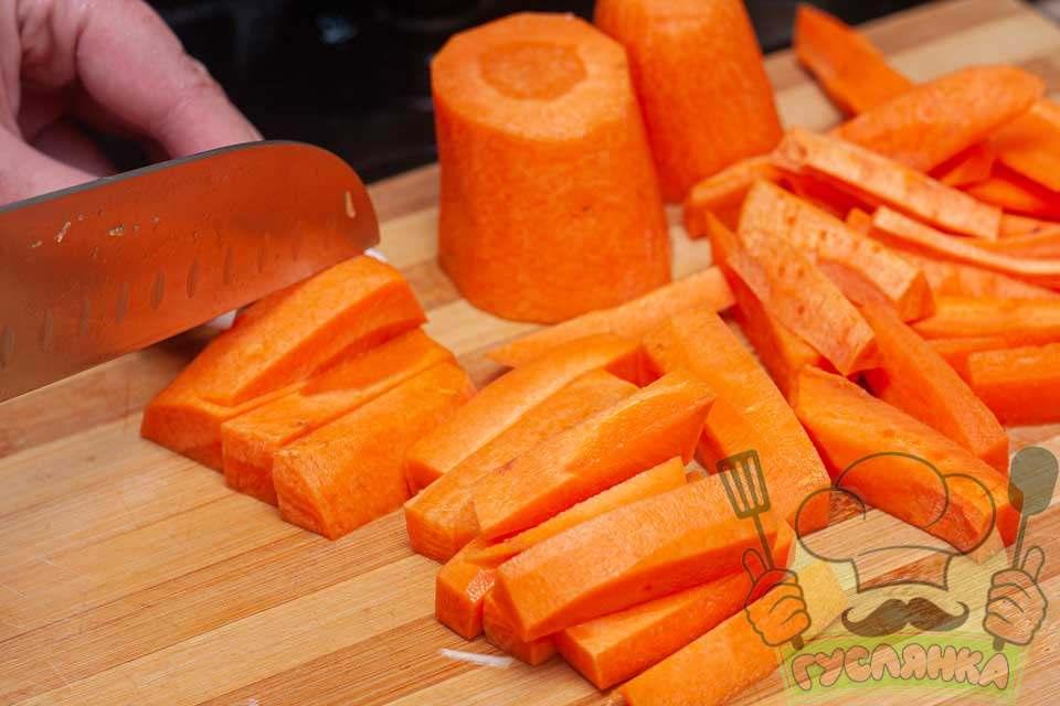 очищену моркву нарізаю великою соломкою