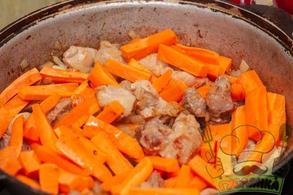 коли цибуля з м'ясом обсмажаться додаю в казан моркву