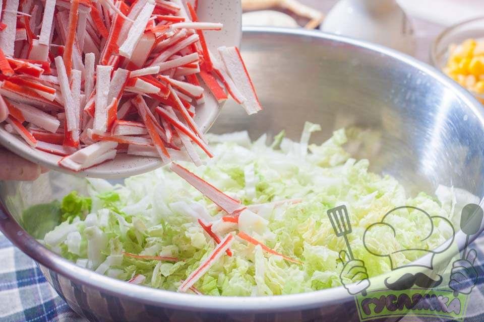 з'єдную подрібнені крабові палички з пекінською капустою