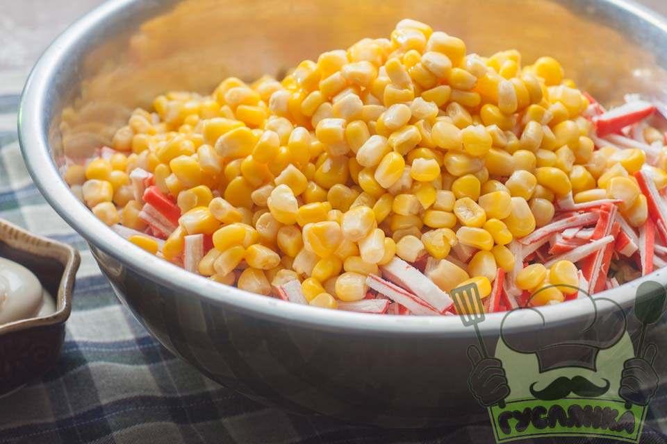 банку кукурудзи я відкрила і злила всю рідину, а потім додала кукурудзу в салат