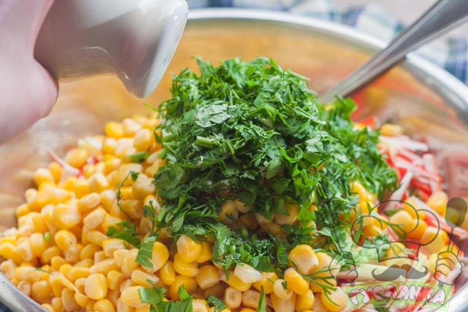 свіжу зелень дрібно шаткую і додаю в миску до решти інгредієнтів, додаю сіль і ретельно перемішую
