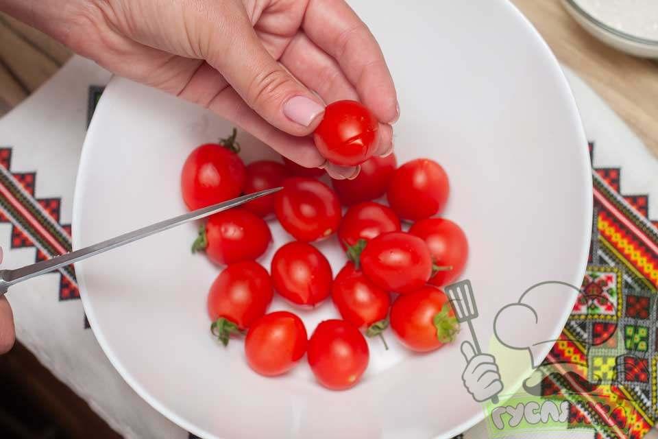 на кожному помідорі роблю хрестоподібні надрізи, вони повинні бути не глибокими