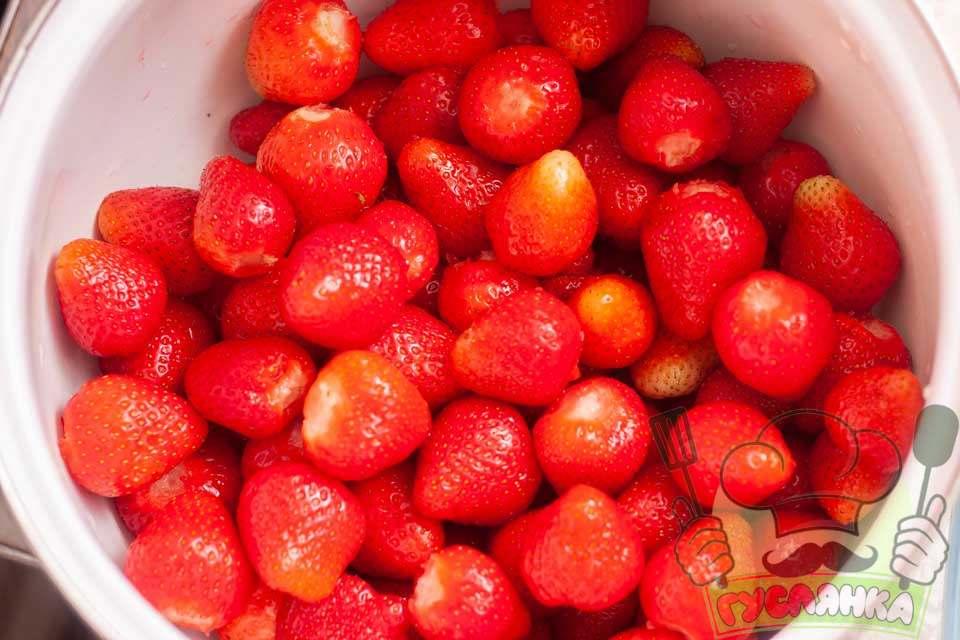 вимиті ягоди обчищаю від плодоніжки