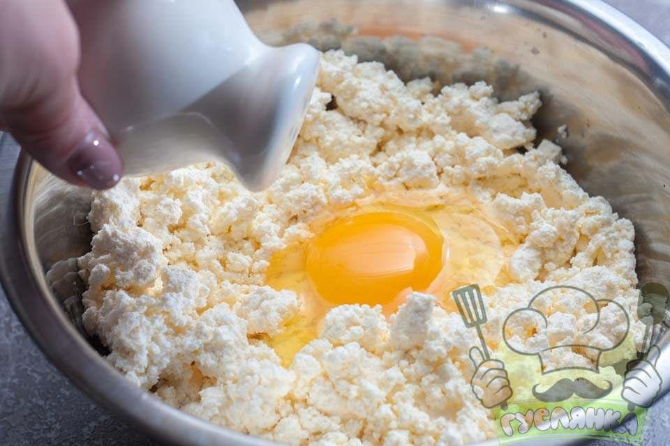 у сир додаю одне куряче яйце і сіль