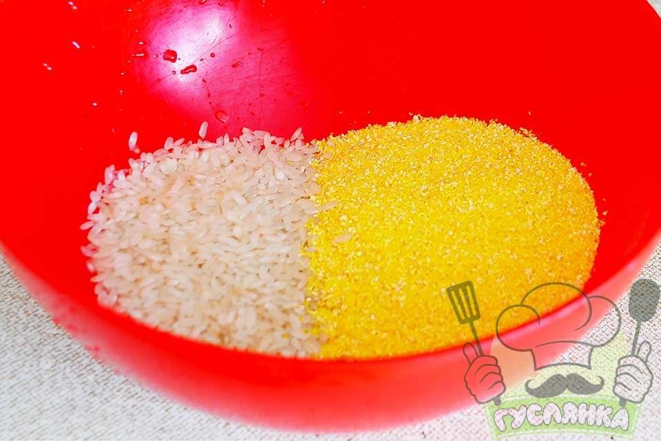 відправляю в миску кукурудзяну крупу і рис, мию в проточній воді