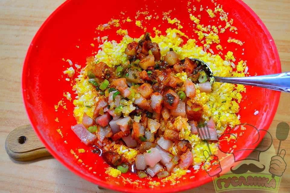 смажений бекон з цибулею додаю до крупи разом з соняшниковою олією, солю і перчу за смаком, перемішую