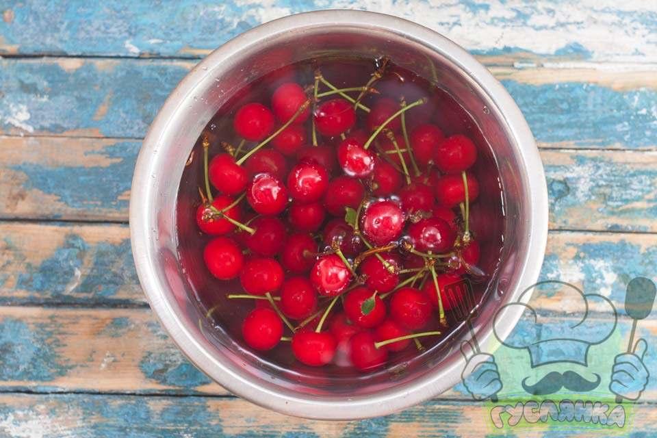 вишні заливаю водою та даю постояти 5-10 хвилин, ягоди добре мию та прибираю плодоніжки