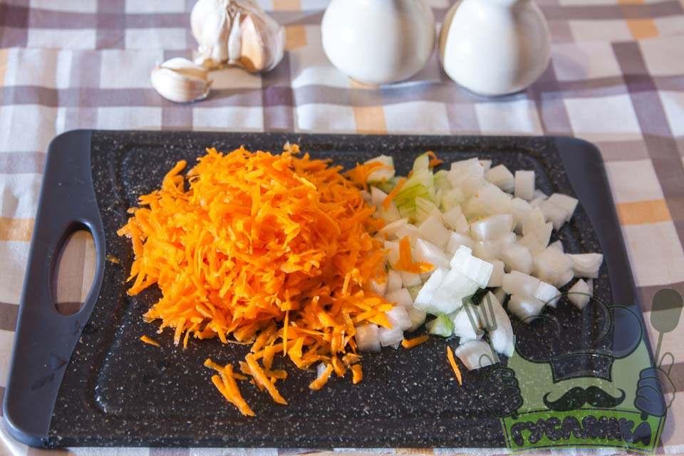моркву тру на середній терці, а цибуля подрібнюю кубиком