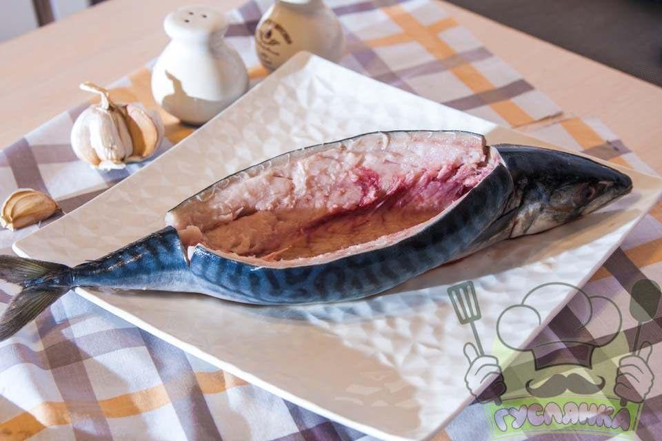 кухонними ножицями обережно вирізаю хребет, а потім дістаю всі нутрощі, рибу промиваю у середині