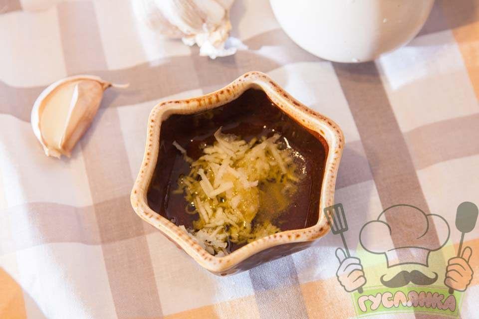 часник чищу, тру на дрібній терці та додаю до нього трішки оливкової олії